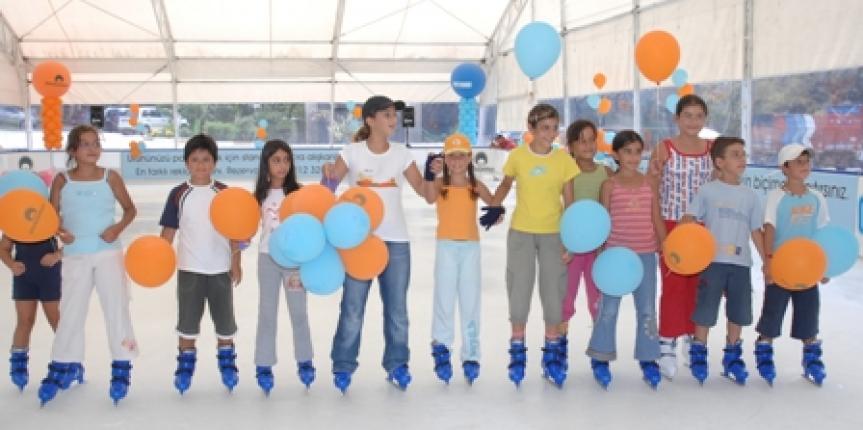 Καλοκαιρινό παγοδρόμιο πάνω σε πισίνα (Τουρκία)